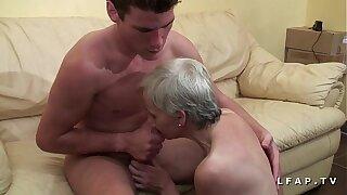 Mamy libertine veut du sperme chaud de jeunot pour son casting porn