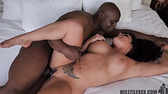 Thicc tatted MILF enjoys her BBC lover